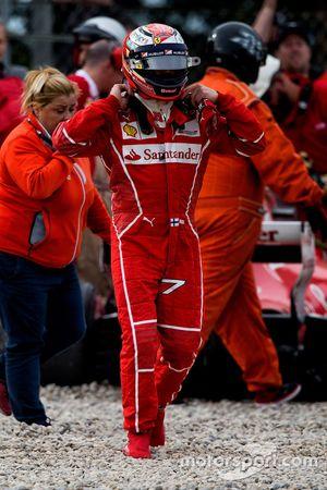 Kimi Raikkonen, Ferrari, sorti de sa SF70H après son accident