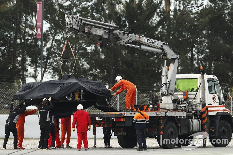 Marshals remove the Jolyon Palmer, Renault Sport F1 Team RS17