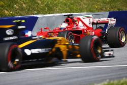 Sebastian Vettel, Ferrari SF70H, va in testacoda nelle FP1 davanti a Jolyon Palmer, Renault Sport F1 Team RS17