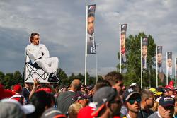 Des fans avec une pancarte représentant Fernando Alonso, McLaren