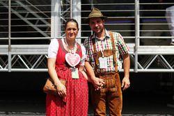 Fans in traditionele klederdracht