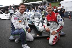 Guy Smith e Tom Kristensen posano con la Bentley che hanno condotto alla vittoria a Le Mans nel 2003