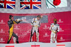 Il vincitore George Russell, ART Grand Prix, il secondo classificato Jack Aitken, ART Grand Prix, il
