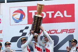 Podio: Ganador de la carrera #25 Audi Sport Team Sainteloc Racing Audi R8 LMS: Markus Winkelhock, Christopher Haase, Jules Gounon