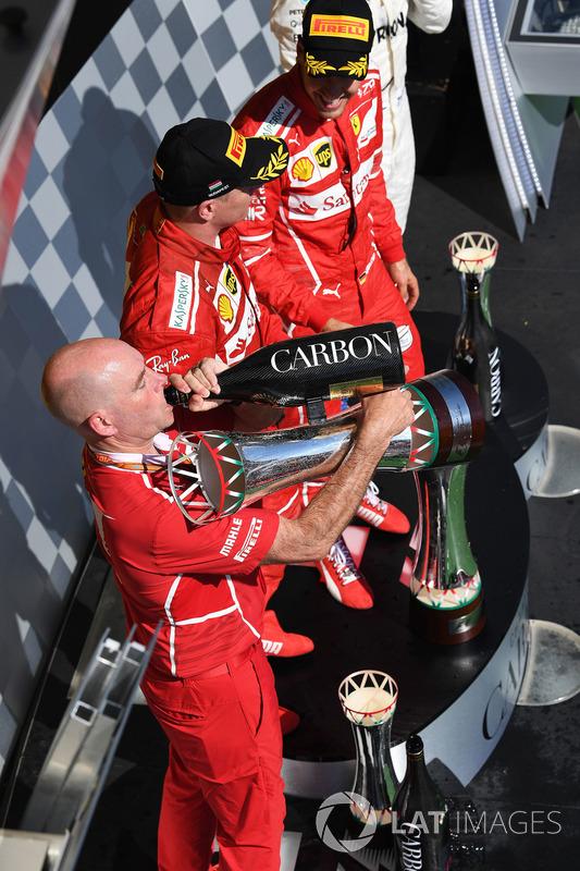 Подіум: переможець Себастьян Феттель, Кімі Райкконен, Ferrari, головний іненер Ferrari Джок Кліа