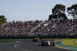 Sergio Perez, Force India VJM10, devant Stoffel Vandoorne, McLaren MCL32