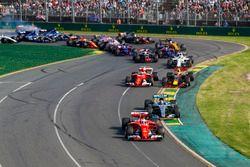 1. Kurve: Sebastian Vettel, Ferrari SF70H; Valtteri Bottas, Mercedes AMG F1 W08; Kimi Räikkönen, Fer
