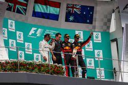 Podio: Segundo lugar Lewis Hamilton, Mercedes AMG F1 ganador de la carrera Max Verstappen, Red Bull