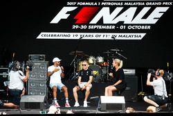 Lewis Hamilton, Mercedes AMG F1, Valtteri Bottas, Mercedes AMG F1, en el escenario de la F1