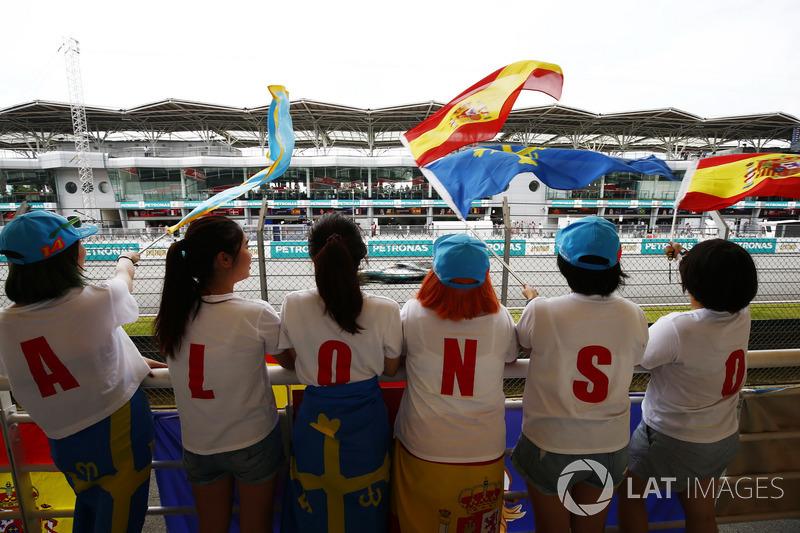 Lewis Hamilton, Mercedes AMG F1 W08, con un grupo de fans de Fernando Alonso, McLaren