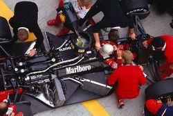 Alain Prost nella sua McLaren MP4/3 TAG Porsche