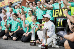 Race winner Lewis Hamilton, Mercedes AMG F1, celebrate with the Mercedes team