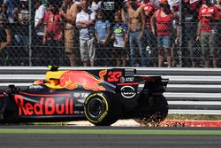 Max Verstappen, Red Bull Racing RB13, front puncture
