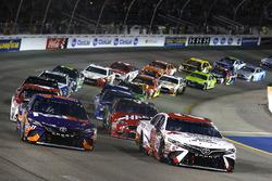 Мэтт Кенсет, Joe Gibbs Racing Toyota и Денни Хэмлин, Joe Gibbs Racing Toyota возглавляют пелотон на старте гонки