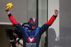 Vaillante Rebellion Racing Mecánico como un luchador mexicano