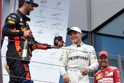Derde plaats Daniel Ricciardo, Red Bull Racing, race winnaar Valtteri Bottas, Mercedes AMG F1