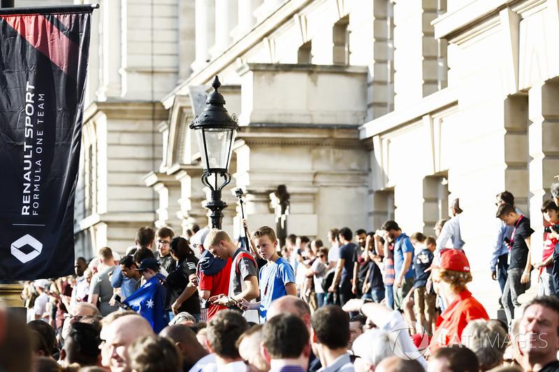 Fans línea las calles para una vista de las fiestas