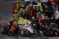 Helio Castroneves, Team Penske Chevrolet makes a pit stop