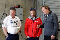 Zak Brown, McLaren-Chef; Fernando Alonso, Andretti Autosport, Honda; Eric Bretzman, Andretti Autosport, Renningenieur