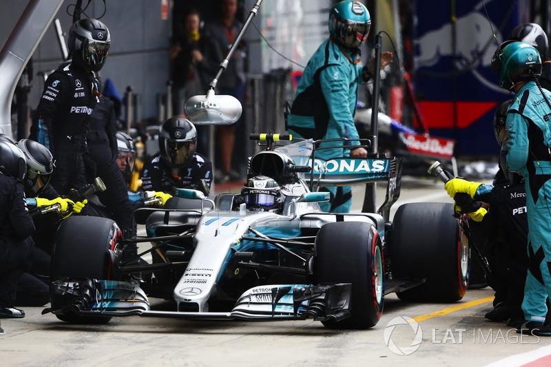 Valtteri Bottas, Mercedes AMG F1 W08, pit stop action