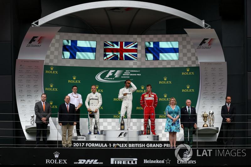 Подіум: переможець Льюіс Хемілтон (Mercedes AMG_, другий призер Валттері Боттас (Mercedes AMG), трет