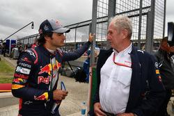 Гонщик Scuderia Toro Rosso Карлос Сайнс-мл. и спортивный консультант Red Bull Хельмут Марко
