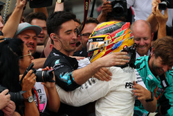 Race winner Lewis Hamilton, Mercedes AMG F1 W08 celebrate with the team