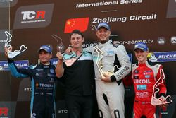 Podium: Le vainqueur Rob Huff, Leopard Racing Team WRT, Volkswagen Golf GTi TCR, le deuxième Gianni Morbidelli, West Coast Racing, Volkswagen Golf GTi TCR. le troisième James Nash, Lukoil Craft-Bamboo Racing, SEAT León TCR