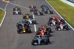 Старт гонки: Льюис Хэмилтон, Mercedes AMG F1 W08, Себастьян Феттель, Ferrari SF70H, Макс Ферстаппен