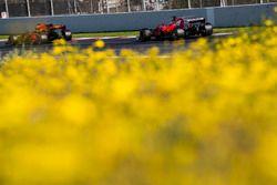 Sebastian Vettel, Ferrari SF70H, achtervolgt Daniel Ricciardo, Red Bull Racing RB13