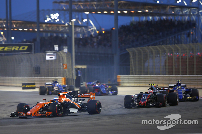 Fernando Alonso, McLaren MCL32, devance Kevin Magnussen, Haas F1 Team VF-17, et Pascal Wehrlein, Sauber C36-Ferrari