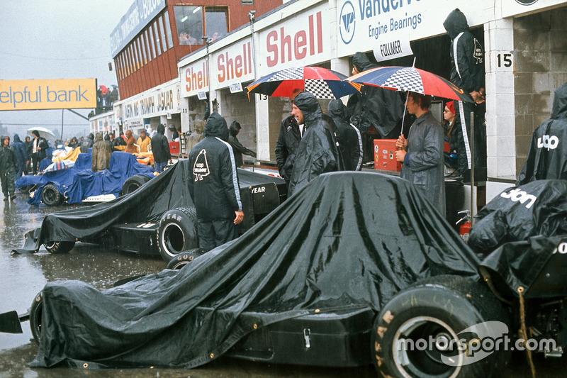 Covered Shadow DN1 Fords de Jackie Oliver, George Follmer en pits