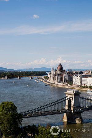 Una vista de la ciudad y el puente de las cadenas Szechenyi