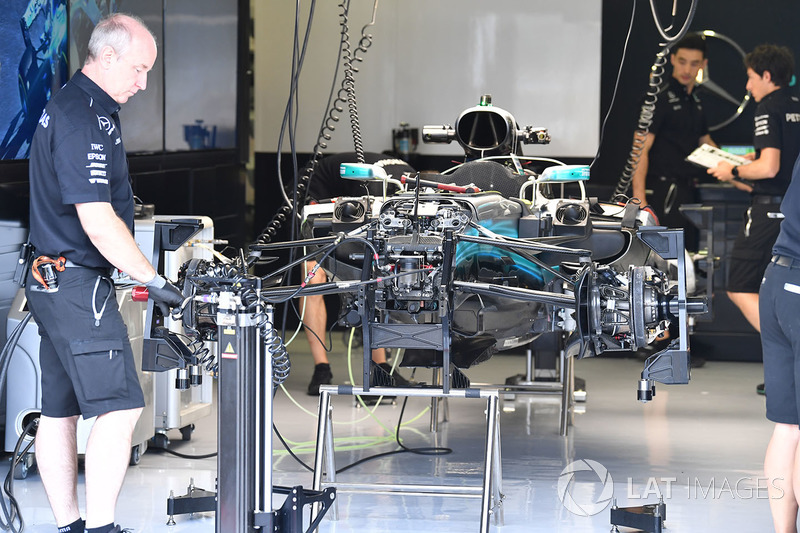Mercedes-Benz F1 W08 Hybrid in de garage