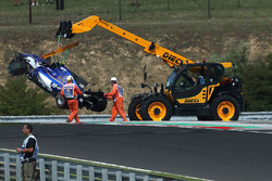 The crashed car of Pascal Wehrlein, Sauber C36 is recovered in FP2