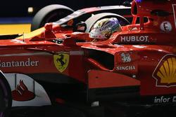 Il Poleman Sebastian Vettel, Ferrari SF70H, nel parco chiuso