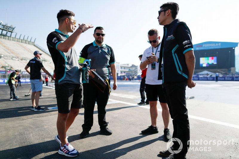 Ho-Pin Tung, Panasonic Jaguar Racing, ispeziona il circuito con Mitch Evans, Panasonic Jaguar Racing