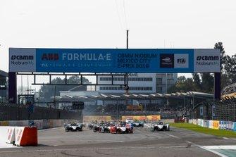 Pascal Wehrlein, Mahindra Racing, M5 Electro, Lucas Di Grassi, Audi Sport ABT Schaeffler, Audi e-tron FE05 en Felipe Massa, Venturi Formula E, Venturi VFE05 bij de start