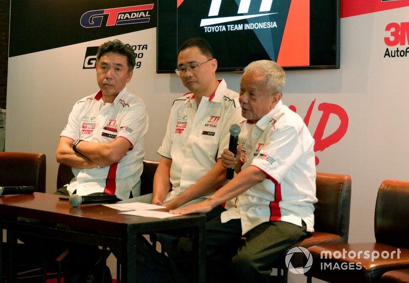 President Director TRD Indonesia Toshio Obara, Executive General Manager PT Toyota-Astra Motor, Franciscus Soerjopranoto, dan Direktur Toyota Team Indonesia
