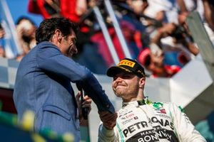 Mark Webber shakes hands with Valtteri Bottas, Mercedes AMG F1, 1st position, after an interview on the podium