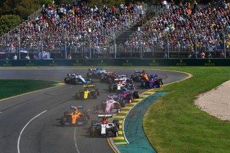 Kimi Raikkonen, Alfa Romeo Racing C38, Lando Norris, McLaren MCL34, Sergio Perez, Racing Point RP19, Alexander Albon, Toro Rosso STR14, Daniel Ricciardo, Renault F1 Team R.S.19 con un ala rota, y el resto del campo al inicio