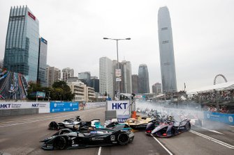 Oliver Rowland, Nissan e.Dams, Nissan IMO1, passes Stoffel Vandoorne, HWA Racelab, VFE-05, at the start of the race