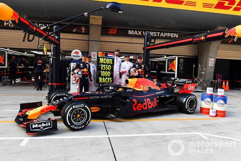 Pierre Gasly, Red Bull Racing e Max Verstappen, Red Bull Racing, con Mobil per la 1000esima gara