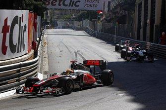 Lewis Hamilton, McLaren MP4-26 Mercedes, lidera a Sebastien Buemi, Toro Rosso STR6 Ferrari, y Narain Karthikeyan, HRT F111 Cosworth