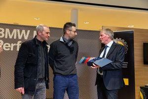 I rallisti Paolo Pianca e Ivan Ballinari con l'onorevole Claudio Zali