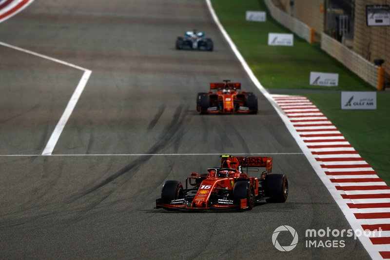 Charles Leclerc, Ferrari SF90, precede Sebastian Vettel, Ferrari SF90, e Lewis Hamilton, Mercedes AMG F1 W10