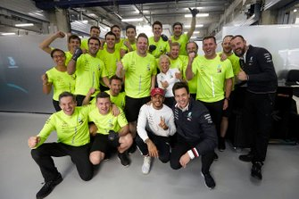 Переможець гонки Льюіс Хемілтон, Mercedes AMG F1, святкує з командою