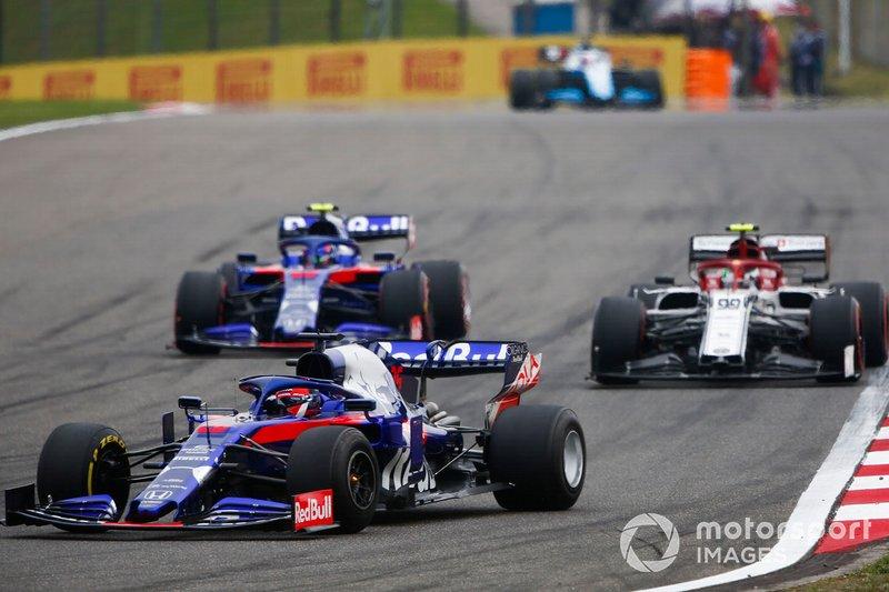Daniil Kvyat, Toro Rosso STR14, Antonio Giovinazzi, Alfa Romeo Racing C38, y Alexander Albon, Toro Rosso STR14