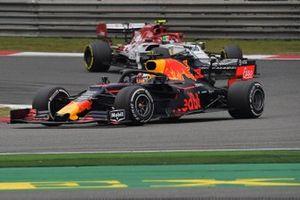 Макс Ферстаппен, Red Bull Racing RB15, и Антонио Джовинацци, Alfa Romeo Racing C38