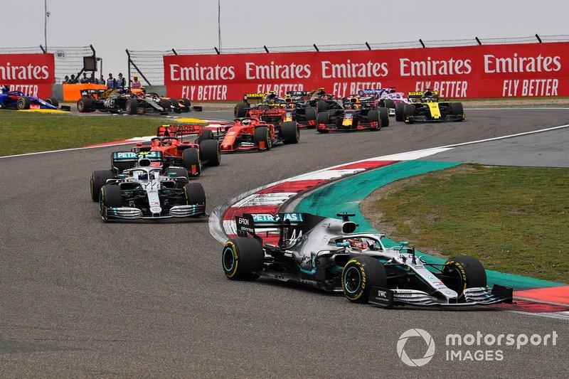 Lewis Hamilton, Mercedes AMG F1 W10, precede Valtteri Bottas, Mercedes AMG W10, Charles Leclerc, Ferrari SF90, Sebastian Vettel, Ferrari SF90, Max Verstappen, Red Bull Racing RB15, e il resto del gruppo, alla partenza